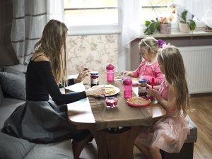 posiłek z dziećmi