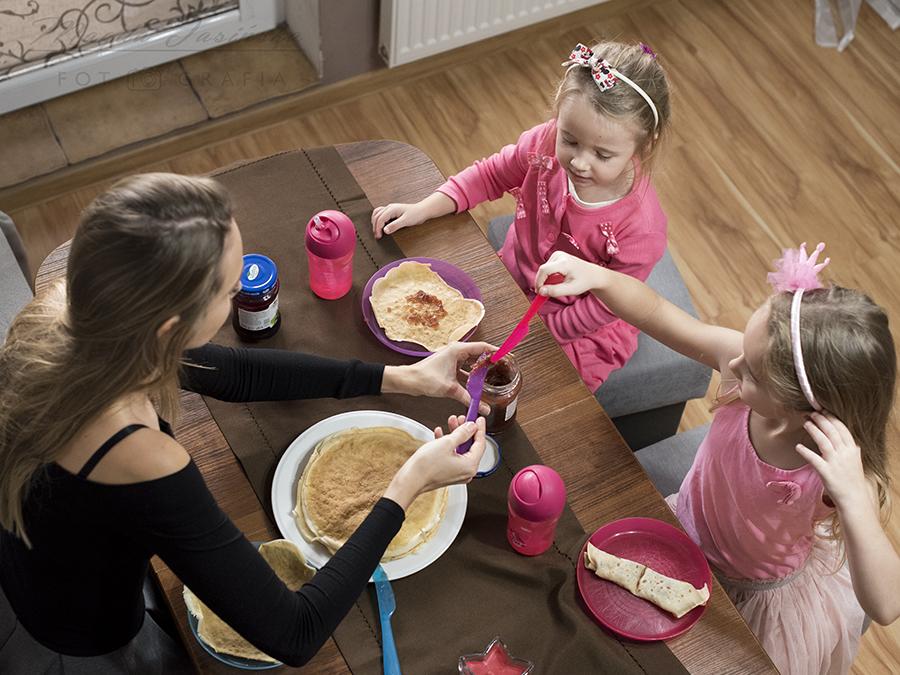 śniadanie z dziećmi w kuchni