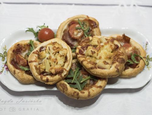 Mini pizze z ciasta francuskiego