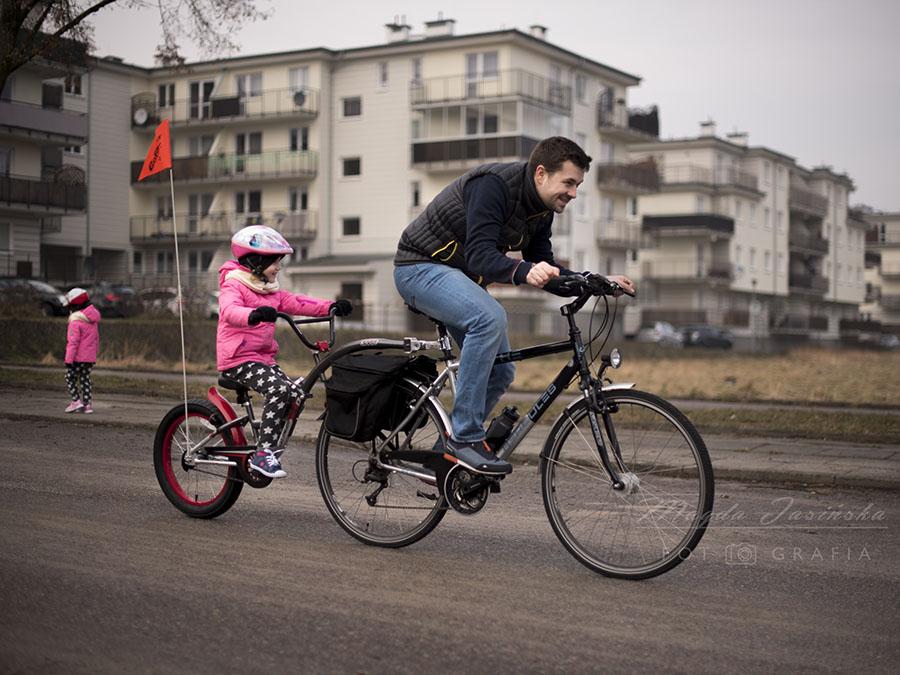 Oba rowerki doczepiane zakupiliśmy w sklepie dadelo.pl. Na stronie jest niesamowity wybór, ponadto możesz zawsze zdzwonić na infolinię i dowiedzieć się, czy dany rower będzie odpowiedni dla Ciebie. Dostawa jest szybka, a sam rower możesz odebrać osobiście, albo poprzez dostawę kurierem. Jeśli masz taką prośbę to może on przyjść już złożony i wyregulowany.