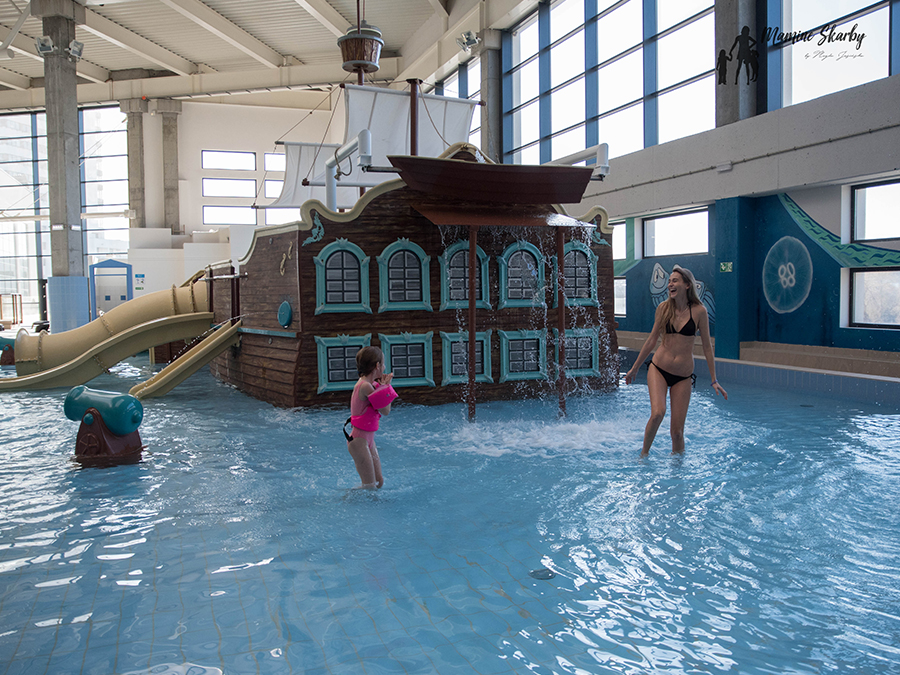 z dzieckiem na basenie